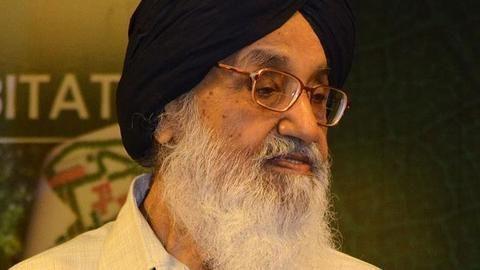 Shoe hurled at Punjab CM Badal