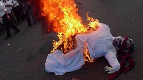 Congress workers burn Godse's effigy