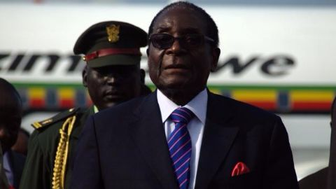 Mugabe returns from vacation looking healthy