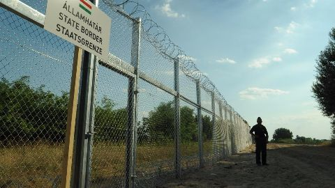 Hungary closes border with Croatia in migrant crackdown